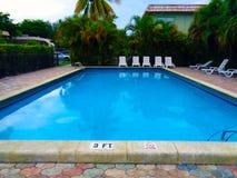 Pool mit vibrierender Farbe des blauen Wassers Lizenzfreie Stockfotos