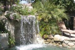 Pool mit Wasserfall Stockbild