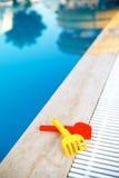 Pool mit Wasserplättchen im Hintergrund Lizenzfreies Stockfoto