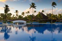 Pool mit weißer Brücke und Palmen Lizenzfreies Stockfoto