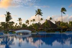 Pool mit weißer Brücke und Palmen Stockfoto