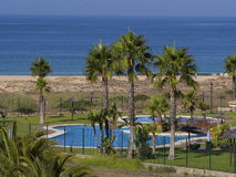 Pool nahe bei dem Strand Stockbilder