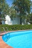 Pool nahe dem Haus stockbild