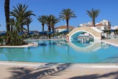 Pool nahe dem Hotel Lizenzfreie Stockfotos
