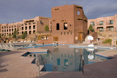 Pool nahe einem Hotel Lizenzfreies Stockfoto