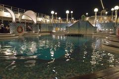 Pool op de cruise bij nacht Stock Afbeeldingen