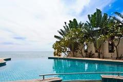 Pool op een tropisch strand Royalty-vrije Stock Afbeelding