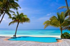 Pool op een tropisch strand Stock Fotografie