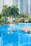 Pool, Palme und Gebäude Lizenzfreie Stockfotografie