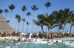 Pool-Party in jetzt Sammelhotel Larimar gelegen am Bavaro-Strand in Punta Cana stockfotos