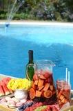 Pool-Party mit Sangria und kalten alkoholischen Cocktails durch den Swimmingpool stockbilder