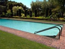 Pool privé dans un jardin luxueux photos stock