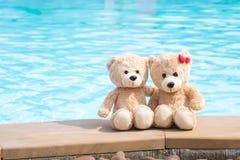 Pool-Randansicht mit zwei Teddybären Liebes- und Verhältnis-Konzept Stockfoto