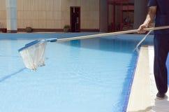 Pool-Reinigung lizenzfreies stockbild