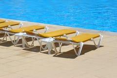Pool restbeds um ein Pool lizenzfreies stockbild