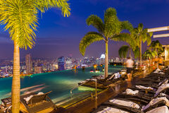 Pool on roof and Singapore city skyline Royalty Free Stock Photos