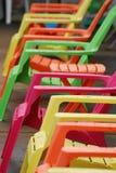 Pool-Side colorido das cadeiras de plataforma em uma fileira Fotos de Stock