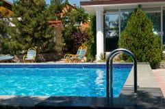 pool simning royaltyfria bilder