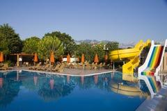 pool simning Arkivfoto