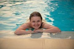 pool simningkvinnabarn royaltyfria bilder