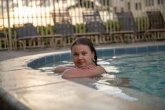 pool simningkvinnabarn fotografering för bildbyråer