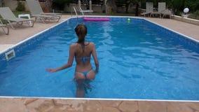 pool simningkvinnan stock video