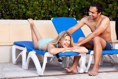 Pool-Spaß entspannen sich Paare Lizenzfreie Stockfotos