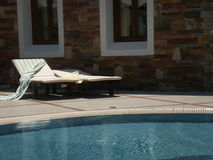 Pool sunbeds stock foto's