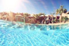 Pool in Tropisch klimaat stock afbeelding
