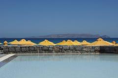 Pool und gelbe Sonnenschirme Lizenzfreie Stockfotografie