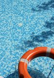Pool und Lebensretter Stockfotos