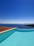 Pool und Meer Stockfotos
