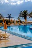 Pool und Mittelmeer an einem regnerischen Tag Lizenzfreies Stockbild