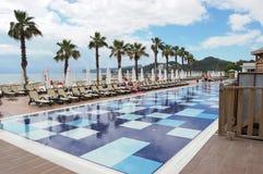 Pool und Palmen nahe dem Strand im Hotel in der Türkei Lizenzfreies Stockfoto