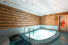 Pool und Sauna in einem rustikalen Blockhaus, in den Bergen mit einem schönen Innenraum Haus von Kiefernklotz Stockfoto
