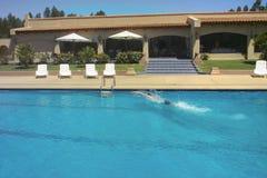 Pool und Schwimmer Stockfotos
