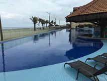 Pool und Strand Lizenzfreie Stockbilder