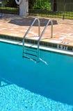 Pool und Strichleiter Stockbild