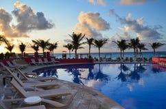 Pool und sunbeds morgens Stockbild
