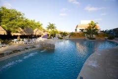 Pool und Wasser-Strasse an der Luxuxrücksortierung in Mexiko Stockbild