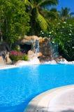 Pool und Wasserfall im Hotel stockfoto