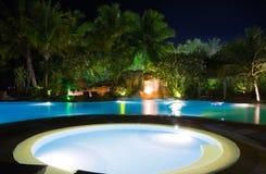 Pool und Wasserfall nachts Stockfotografie