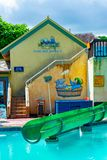 Pool- und Waterslideabschnitt innerhalb Margaritaville Ocho Rios durch den Strand nahe dem Kreuzfahrt-Geschäfts-Hafen in St Ann,  stockfotografie