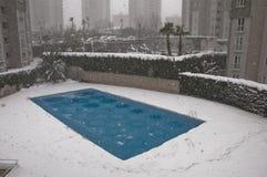 Pool unter Schnee Stockbild