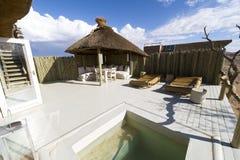 Pool van een zeer luxehotel in Namibië stock afbeeldingen