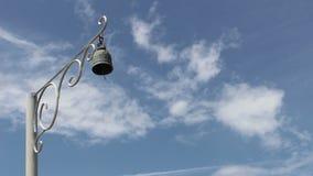 Pool van klok op blauwe hemel stock footage