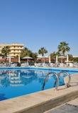 Pool vor dem Hotel. Stockbild