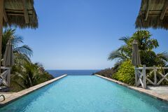 Free Pool With Palms And Blue Sky In Front Of Mexican Beach Royalty Free Stock Images - 176002849