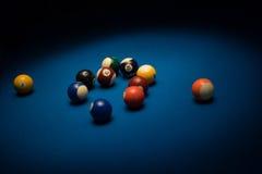 Poolballen op een poollijst die worden verspreid Royalty-vrije Stock Afbeeldingen