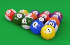 Poolballpyramide auf grünem Hintergrund Stockfoto